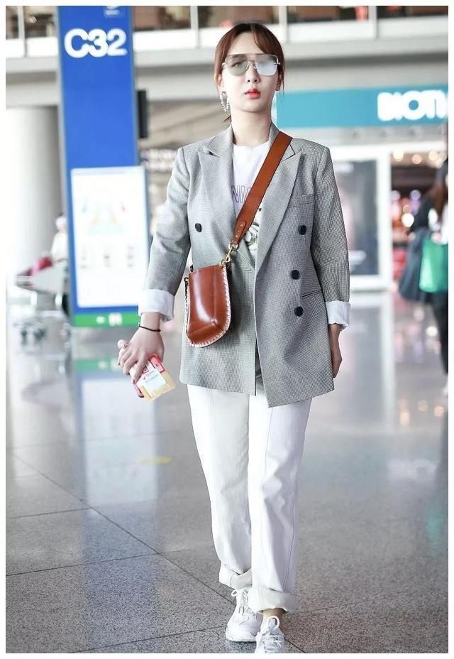 竖条纹状果然是显瘦,杨紫竖条纹衬衫配A字裙实力证明这一点!-听风梦